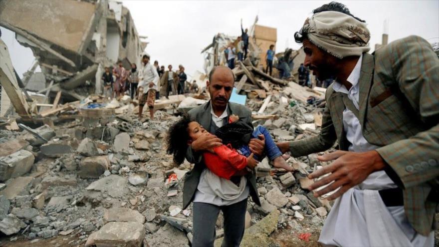 Un hombre lleva a una niña herida tras un ataque aéreo de Arabia Saudí en Saná, capital de Yemen. (Foto: Reuters)