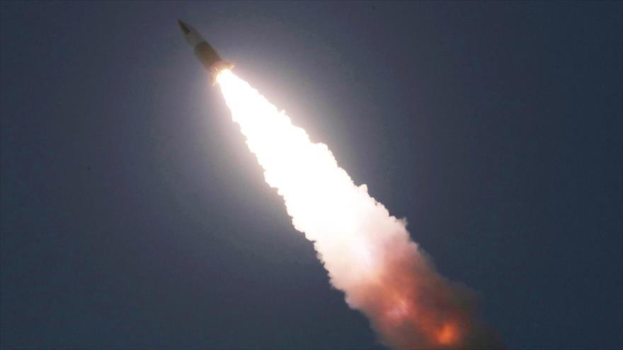 Lanzamiento de un misil guiado por Corea del Norte, 22 de marzo de 2020. (Foto: AFP)