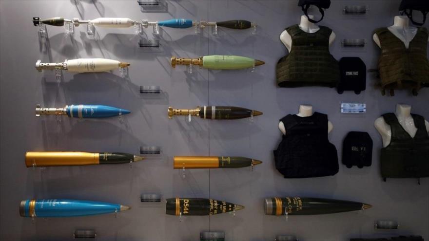 Municiones y chalecos militares se muestran en la feria internacional de defensa y equipo de seguridad en Londres, capital británica.