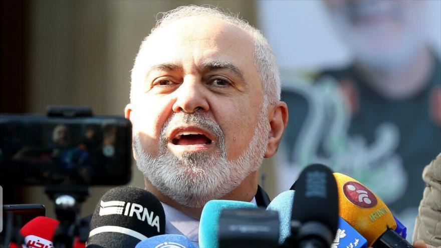 El canciller iraní, Mohamad Yavad Zarif, habla con la prensa.