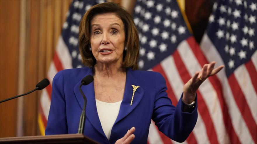 La presidenta de la Cámara de Representantes de EE.UU., Nancy Pelosi, habla en el Congreso, 27 de marzo de 2020. (Foto: AFP)