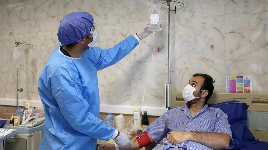 Personal médico atiende a un afectado por COVID-19 en un hospital en la isla de Kish, sur de Irán, 29 de marzo de 2020. (Foto: YJC)