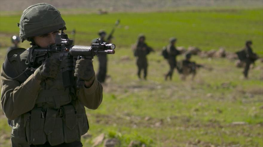 Un soldado israelí dispara contra manifestantes palestinos durante una protesta en Cisjordania, 31 de enero de 2020. (Foto: AFP)