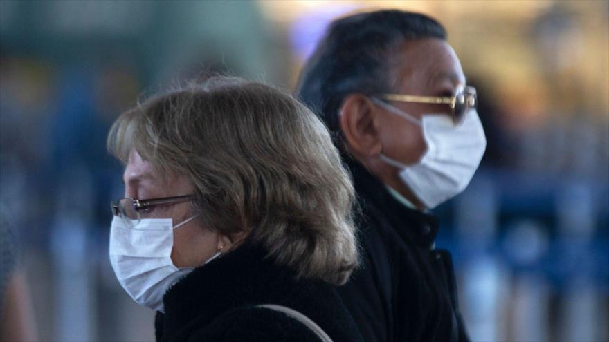 Los pasajeros usan mascarillas en el Aeropuerto Internacional Arturo Merino Benítez en Santiago (Chile), 14 de marzo de 2020. (Foto: AFP)