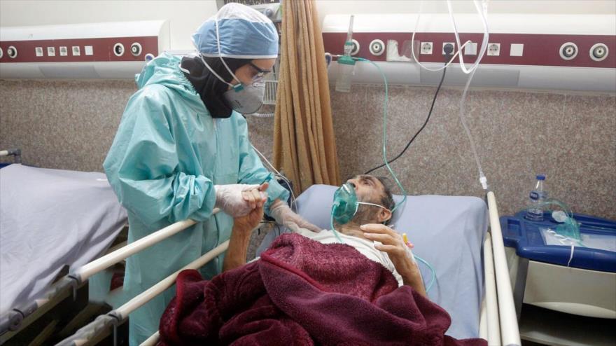 Una enfermera atenta a un patinete afectado por coronavirus en un hospital de Teherán, la capital persa, 21 de marzo de 2020. (Foto: IRNA)