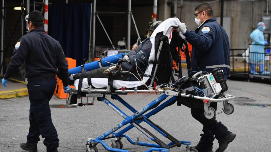 Paramédicos llevan a un paciente a la sala de emergencias de un hospital en Nueva York (este de EE.UU.) 31 de marzo de 2020. (Foto: AFP)