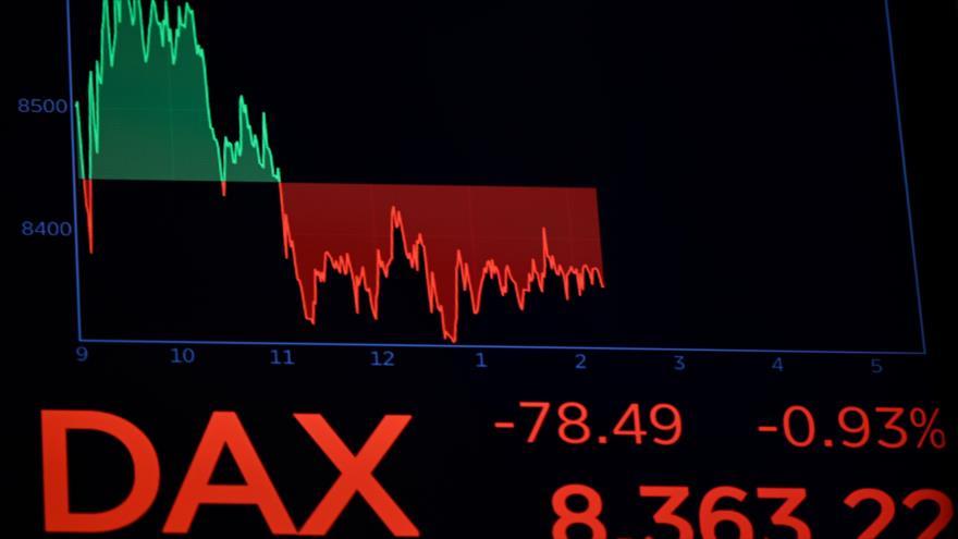Un gráfico muestra índice de la bolsa de valores DAX de Fráncfort (Alemania) en las tablas de Wall Street, Nueva York, 19 de marzo de 2020. (Foto: AFP)