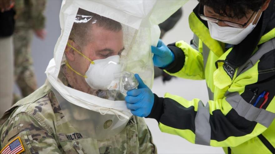 Un soldado del Ejército de EE.UU. ajusta su respirador durante el brote del COVID-19, 24 de marzo de 2020.