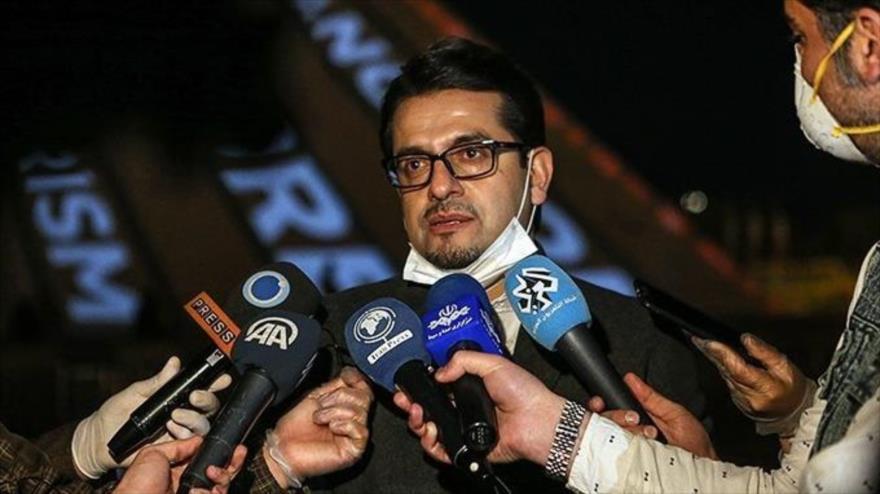 El portavoz de la Cancillería de Irán, Seyed Abás Musavi, habla con la prensa en el margen de su visita a la torre Azadi, Teherán, la capital. 31 de marzo de 2020.