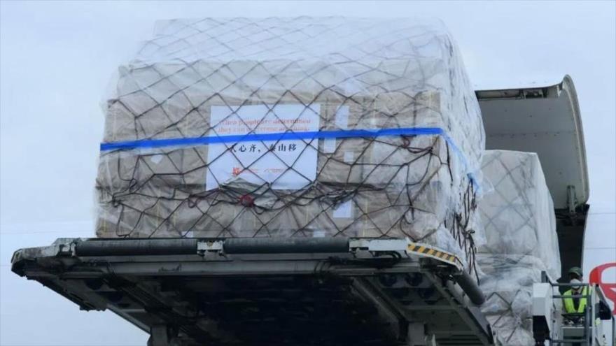 Una donación de suministros médicos de la empresa china Alibaba Group llega a bordo de un avión al aeropuerto de Dakar, Senegal, 28 de marzo de 2020.