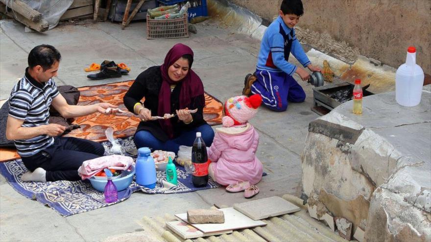 """Iraníes festejan """"Día de la Naturaleza"""" en las azoteas por COVID-19"""