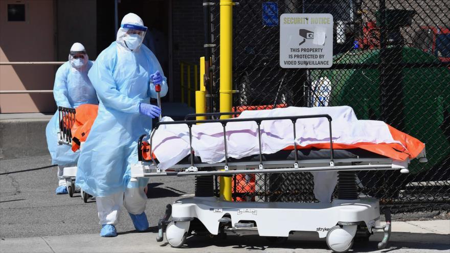 Personal médico traslada cadáveres de un hospital en Brooklyn, Nueva York (este de EE.UU.), 2 de abril de 2020. (Foto: AFP)