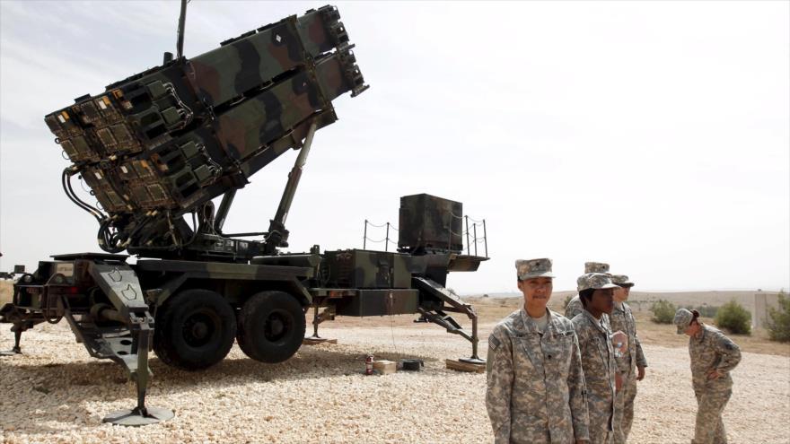 Soldados estadounidenses cerca de un sistema de misiles Patriot en una base militar en el sureste de Turquía.