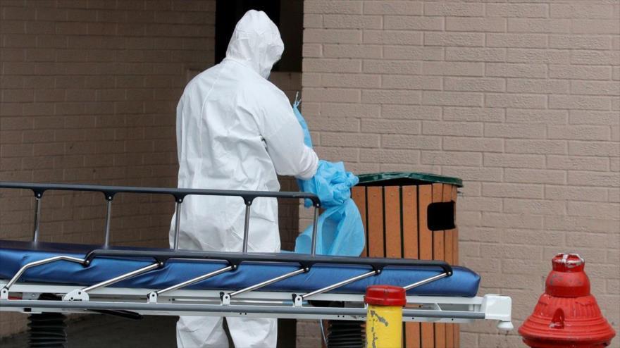 Personal sanitario desecha equipo de protección fuera del Centro Médico Wyckoff Heights durante el brote del coronavirus en Nueva York, 2 de abril de 2020, (Foto: Reuters)