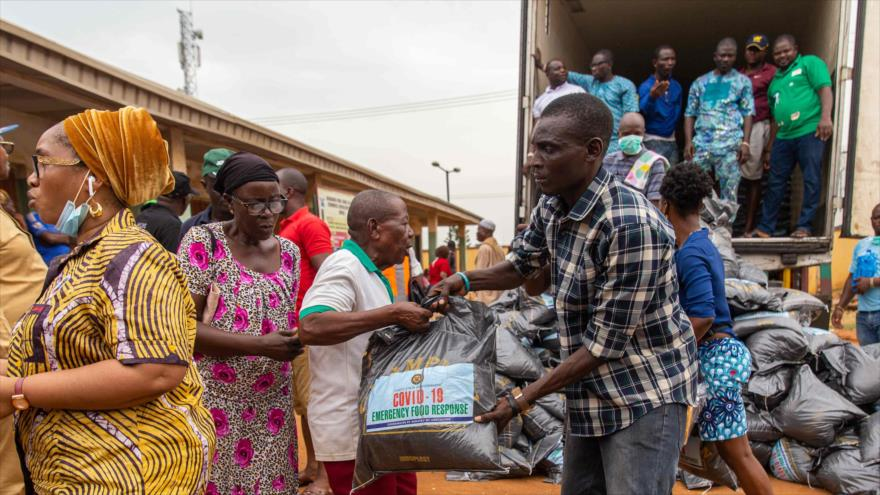 Funcionarios entregan bolsas de alimentos en Lagos, Nigeria, 1 de abril de 2020. (Foto: AFP)