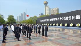 Vídeo: Chinos se detienen en homenaje a las víctimas del COVID-19