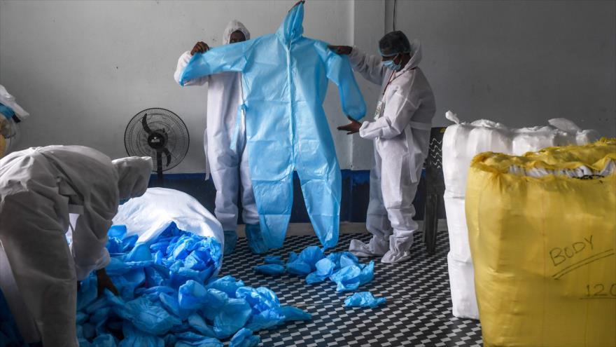 Civiles indios preparan equipos de protección personal contra el coronavirus, COVID-19, en Calcuta, 4 de abril de 2020. (Foto: AFP)