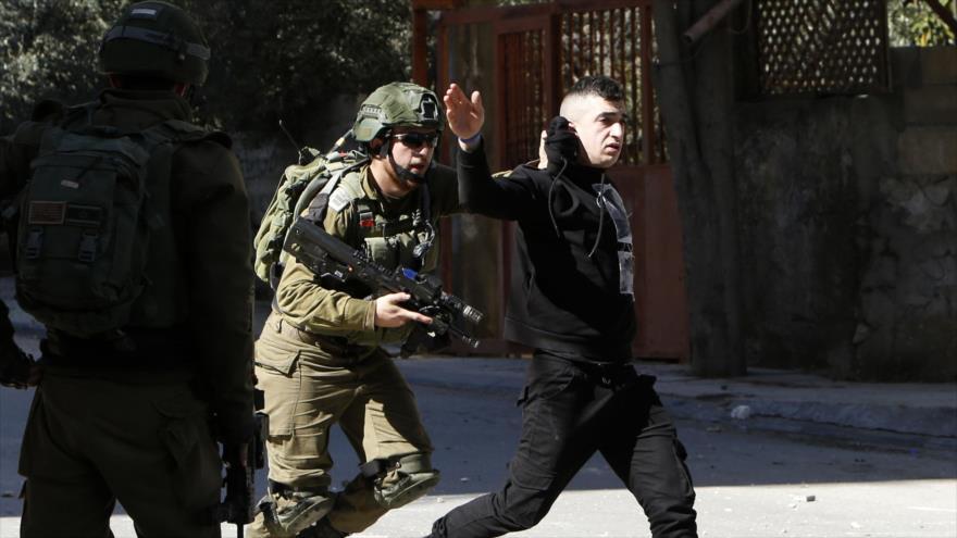 Fuerzas israelíes detienen a un palestino en una operación de búsqueda y arresto, Al-Quds (Jerusalén), 6 de febrero de 2020. (Foto: AFP)