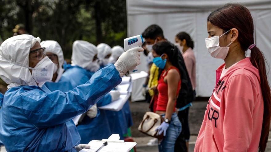 Personal de la Secretaría de Salud toma la temperatura a venezolanos que regresan al país desde Colombia, frontera entre Colombia y Venezuela, 4 de abril. 2020. (Foto: AFP)