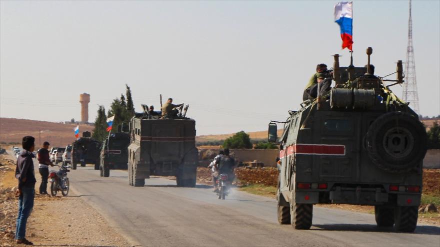 Un convoy militar del Ejército ruso se dirige hacia la ciudad siria de Ain al-Arab (Kobani), en la provincia de Alepo, 23 de octubre de 2019. (Foto: AFP)