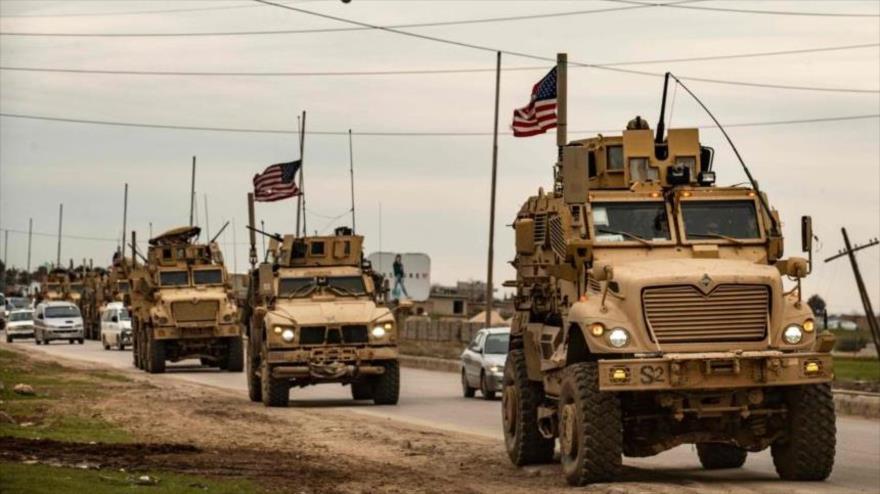 Un convoy militar EE.UU. en las afueras de ciudad de Al-Qamishli, en la provincia siria de Al-Hasaka, 12 de febrero de 2020. (Foto: AFP)