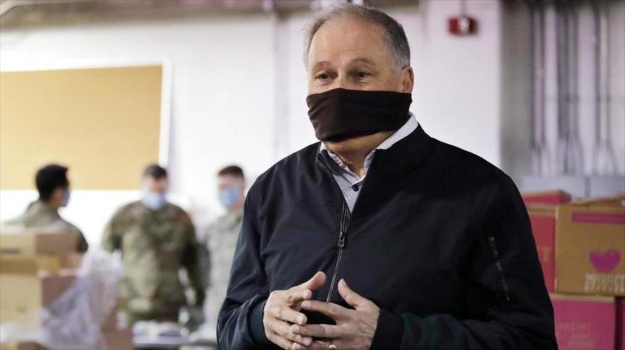 El gobernador de Washington Jay Inslee usa una máscara improvisada en una charla con los periodistas, 3 de abril de 2020. (Foto: AP)