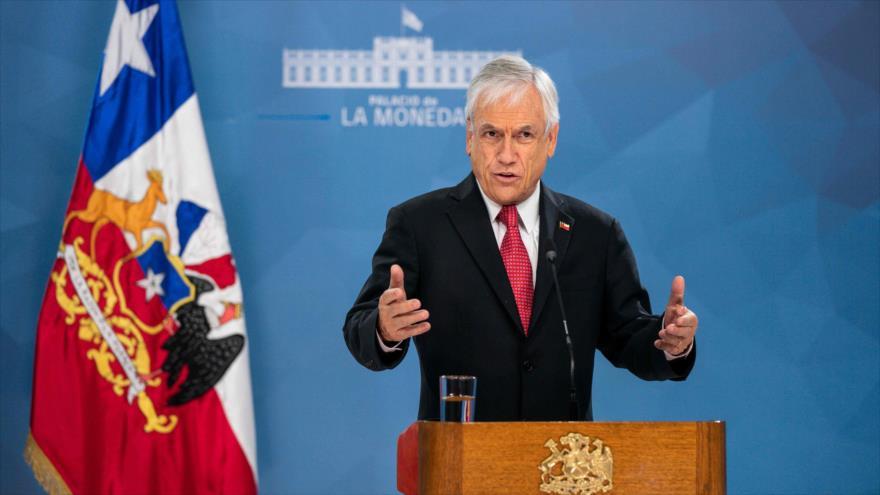 El presidente chileno, Sebastián Piñera, habla en el palacio de La Modeda, Santiago, 18 de marzo de 2020. (Foto: AFP)