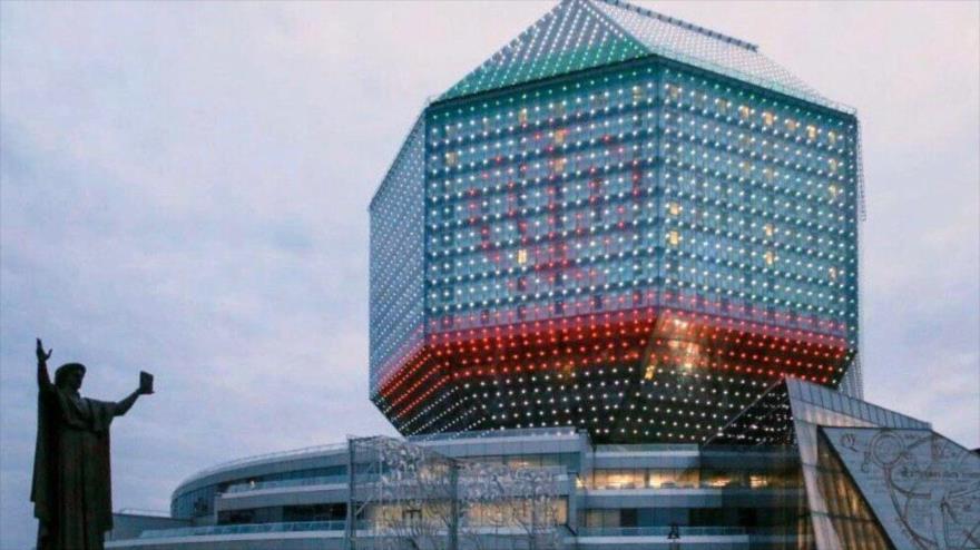 La fachada de la Biblioteca Nacional de Bielorrusia se ilumina con los colores de la bandera de Irán, abril de 2020.