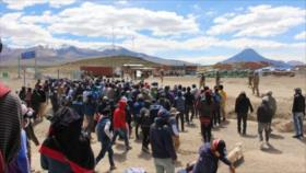 Militares y civiles bolivianos se enfrentan en frontera con Chile