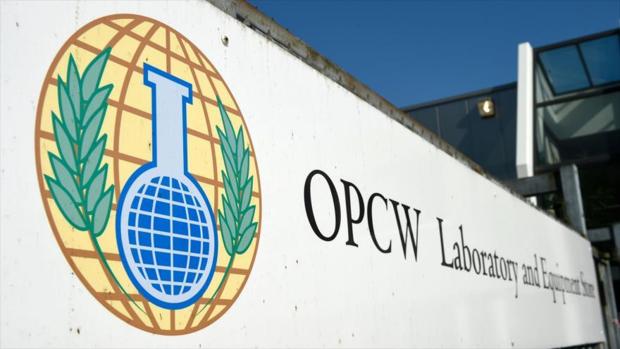 El logotipo de la Organización para la Prohibición de las Armas Químicas (OPAQ) instalado a la entrada del organismo en La Haya (Países Bajos).
