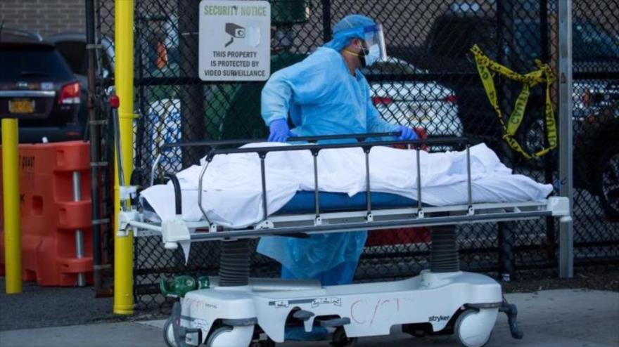 Un trabajador médico transfiere el cadáver de una víctima del coronavirus a en Nueva York.