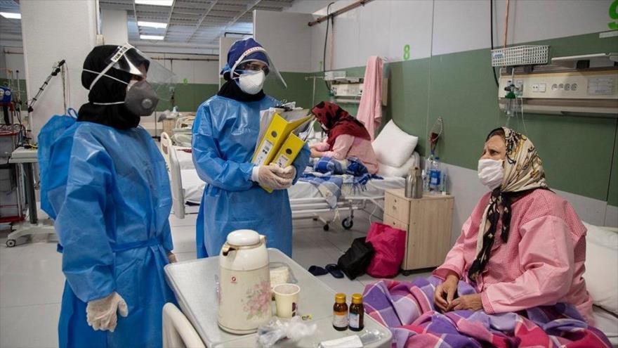 Enfermeras atienden a una paciente con el nuevo coronavirus en un centro de salud en Teherán, la capital, 1 de abril de 2020. (Foto: Fars)