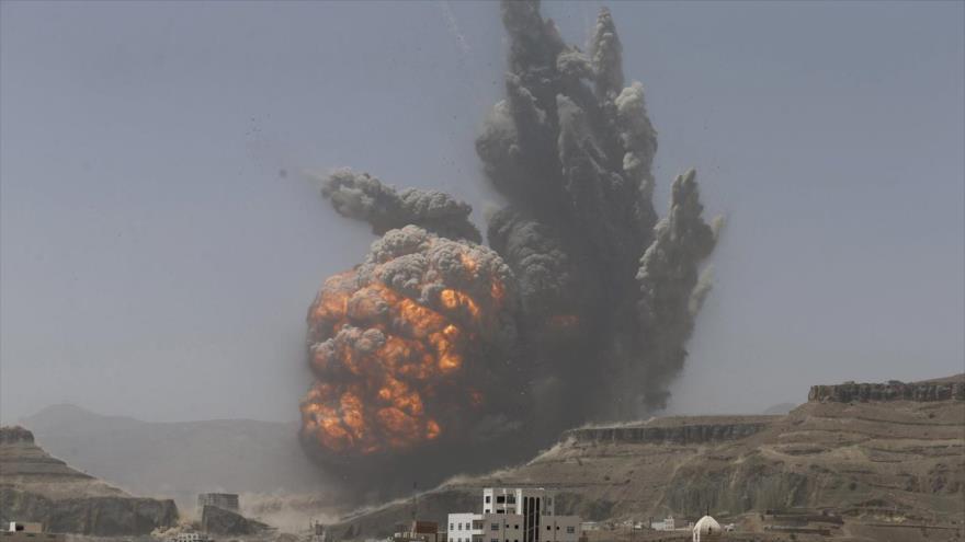Gran explosión en las montañas cercanas a Saná, capital de Yemen, tras un ataque aéreo saudí, 20 de abril de 2015.