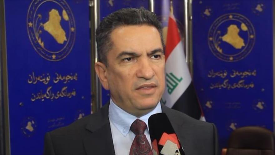 El ex primer ministro de Irak Adnan al-Zurfi habla con la prensa.