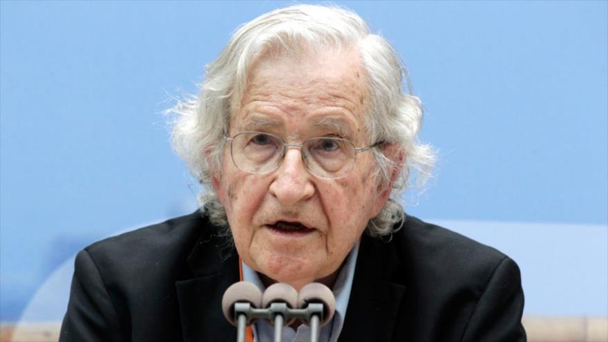 El politólogo estadounidense, Noam Chomsky, prenunciando un discurso.