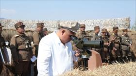 Kim observa una prueba militar antes de una reunión parlamentaria