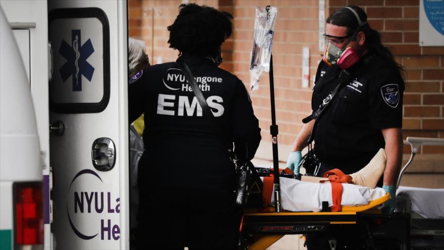 Los paramédicos trasladan a un paciente con coronavirus al Centro Médico Maimonides en Nueva York, 10 de abril de 2020. (Foto: AFP)