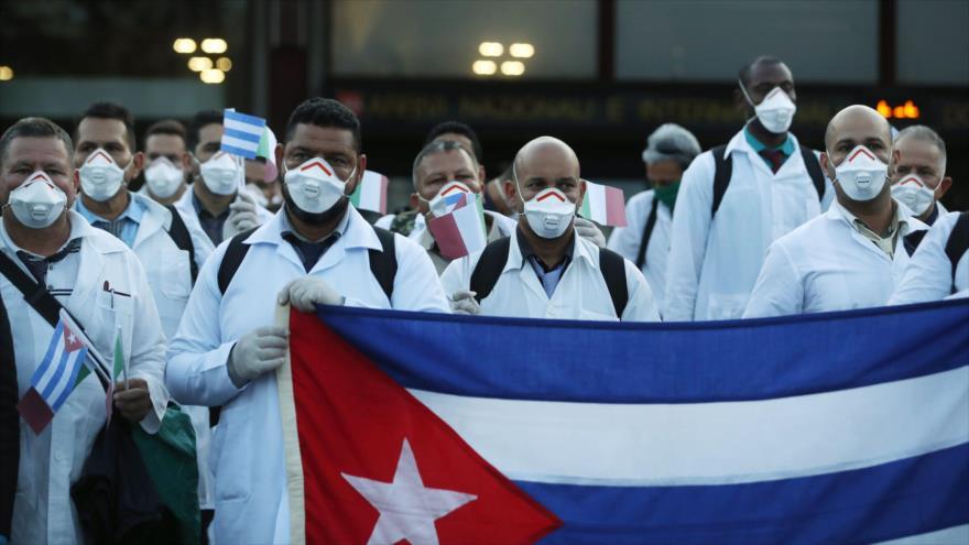 Un grupo de médicos cubanos llega a Italia para participar en las misiones contra el brote del nuevo coronavirus, 21 de marzo de 2020. (Foto: EFE)