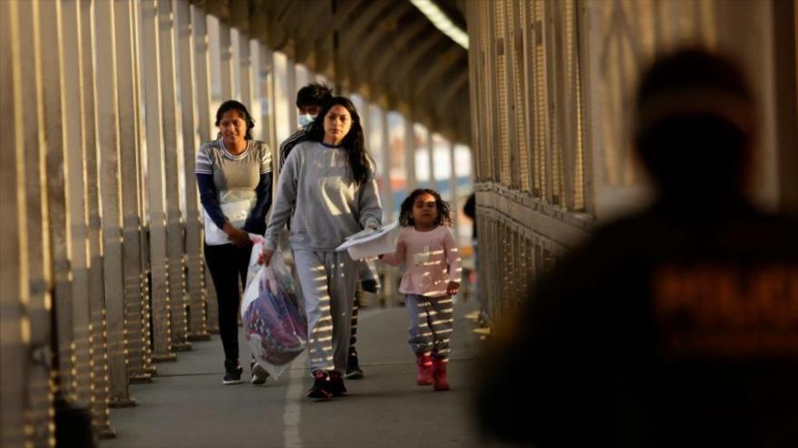 Los migrantes centroamericanos deportados de EE.UU. caminan hacia México en la frontera internacional Paso del Norte, 22 de marzo de 2020. (Foto: Reuters)
