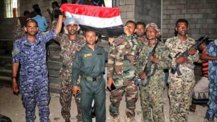 Fuerzas prosaudíes expulsan a proemiratíes de una base en Yemen
