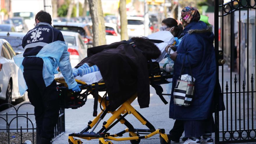 Los trabajadores del sector de la salud llevan a un paciente a una ambulancia, Nueva York, EE.UU.,11 de abril de 2020. (Foto: AFP)