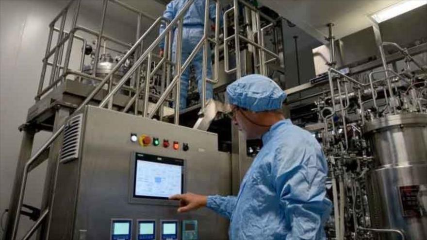 Un especialista cubano realiza pruebas en un centro de Ingeniería Genética y Biotecnología.