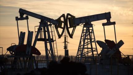 Sube casi un 4 % el precio del petróleo tras acuerdo de OPEP plus