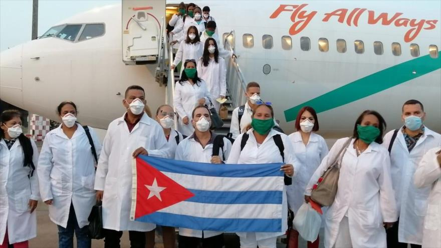 Un grupo de médicos cubanos llega a Italia para ayudar a combatir la pandemia de la COVID-19, Turín, 13 de abril de 2020.