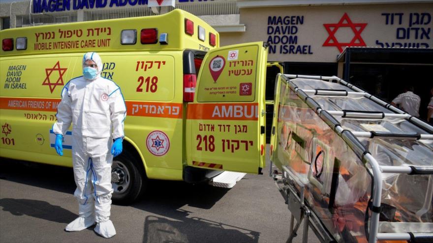 Un trabajador israelí de Magen David Adom fuera del centro especial de llamadas de emergencia, Kiryat Ono, 26 de febrero de 2020.