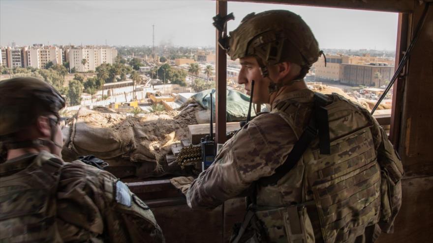 Soldados estadounidenses vigilan el complejo de la embajada de EE.UU. en Bagdad (capital de Irak), 1 de enero de 2020.