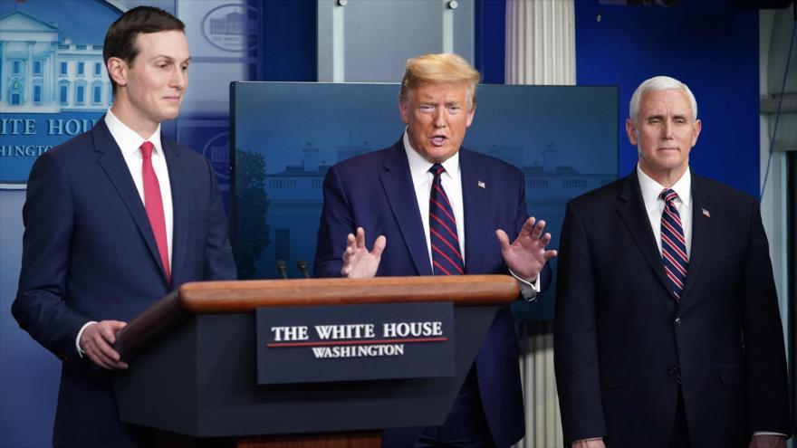 El presidente de EE.UU., Donald Trump (c) y su yerno y asesor, Jared Kushner (izda.), Casa Blanca, 2 de abril de 2020. (Foto: AFP)