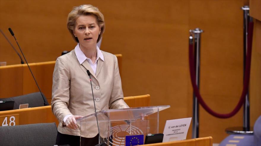 La jefa de la Comisión Europea (CE), Ursula von der Leyen, en una sesión del Parlamento Europeo, Bruselas, 16 de abril de 2020. (Foto: AFP)