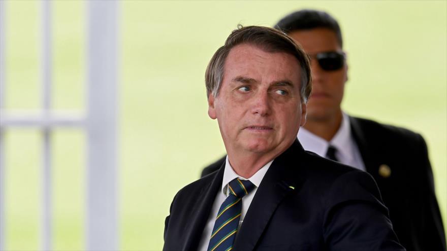 El presidente brasileño, Jair Bolsonaro, abandona el Palacio de Alvorada en Brasilia, 14 de abril de 2020. (Foto: AFP)