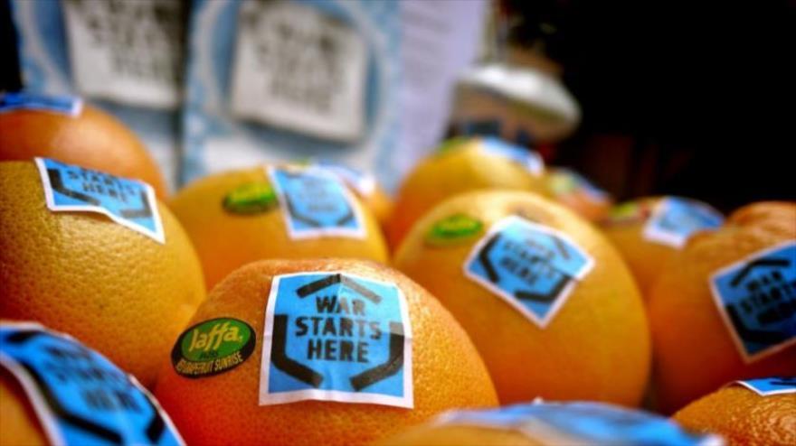 """Partidarios de la campaña Boicot, Desinversión y Sanciones (BDS) marcaron etiquetas de """"guerra empieza de aquí"""" sobre las naranjas de empresa israelí Jaffa."""